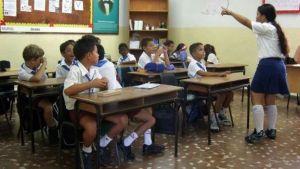 kinderen-schoolgebouw-bankjes