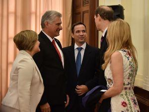 Diaz-new-york-24092018-Canel y su esposa Lis Cuesta conversan con el Senador Ron Wyden (D), de Oregón, y su esposa Nancy Wyden